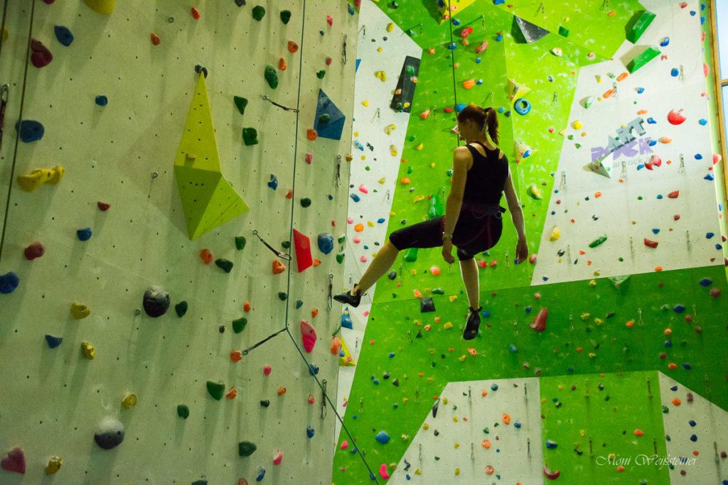 Im Toprope ins Seil fallen lassen stärkt das Vertrauen in den Partner und das Material, Vorübung für den Vorstieg beim Klettertreffen in der Kletterhalle in Wörgl mit Moni Weißsteiner