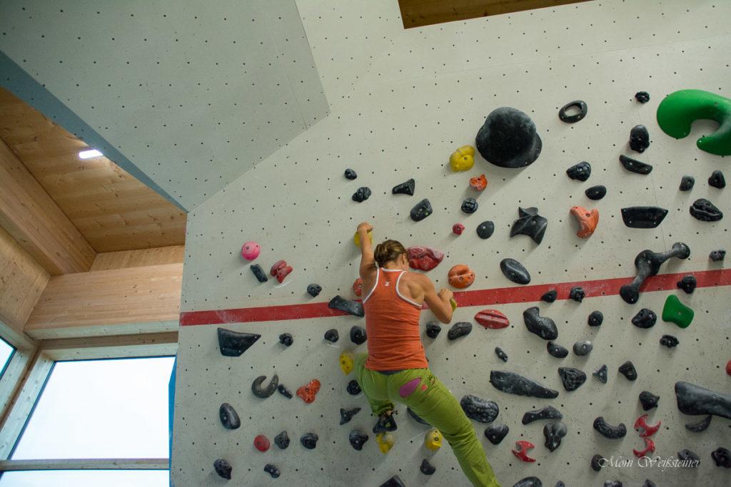 Bouldern in der Kletterhalle in Wörgl bei Moni's Klettertreffen